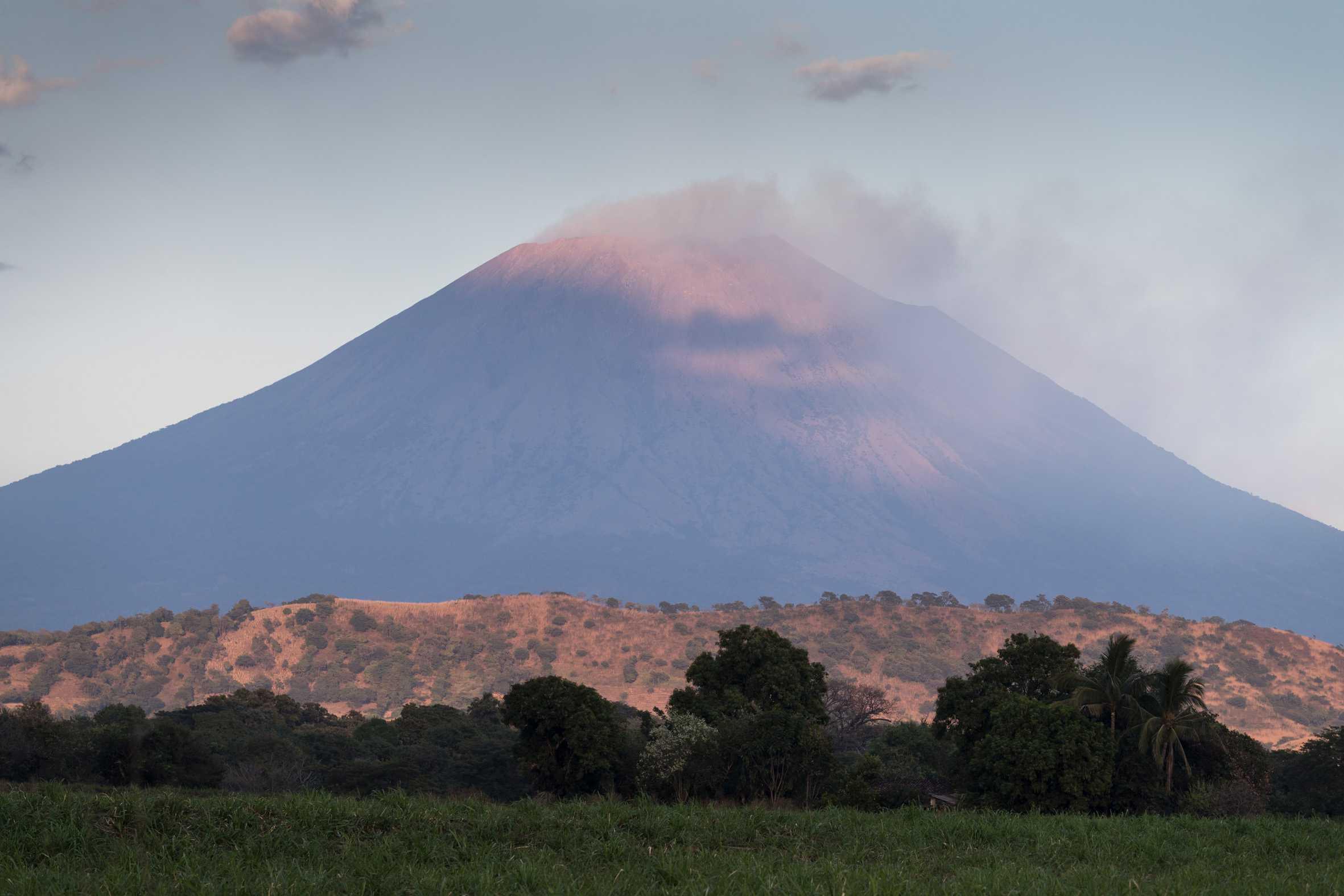 Vulkan Chinameca und Vulkan von San Miguel in El Salvador.